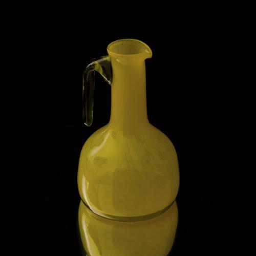 Carafe en verre soufflé jaune opaque